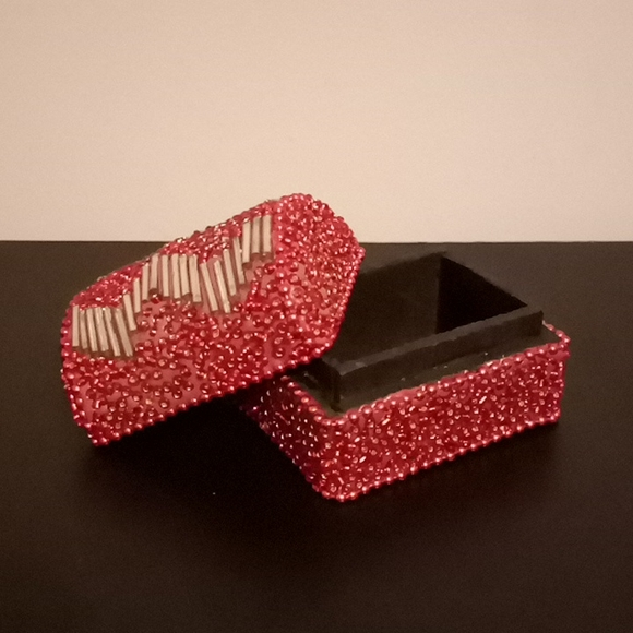 (Free with a purchase)Small trinket box